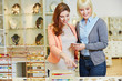 Personal Shopper berät Kundin beim Juwelier