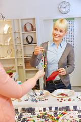 Frau kauft Halskette im Schmuckladen