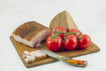 Красные помидоры,сало,хлеб.