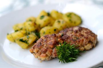Fleischklops mit Petersilienkartoffeln