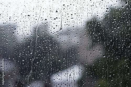 Krople deszczu na szkle
