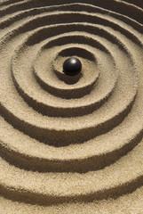 Zen Spirale mit Kieselstein im Hochformat
