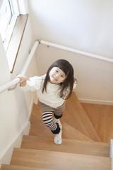 階段を上がる女の子