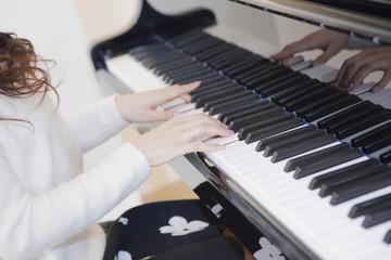 ピアノを弾く女性の手元