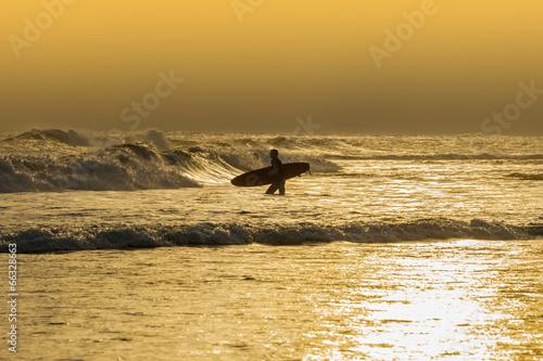Papiers peints Nautique motorise Athletic surfer with board