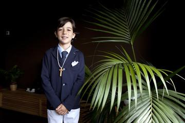 Niño vestido con traje de comunión