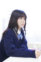 教室で授業を受ける女子高生