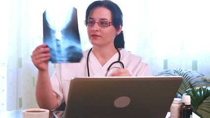 Doctor giving the results of radiography on line