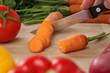 Essen zubereiten Karotte schneiden auf einem Holzbrett