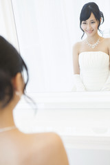 鏡に写ったウエディングドレス姿の女性
