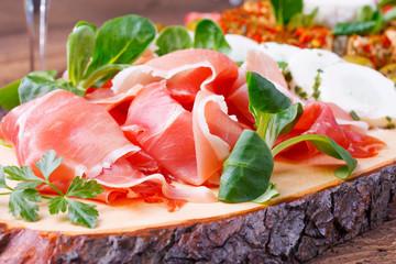 Büffet mit geräuchertem Schinken und Feldsalat