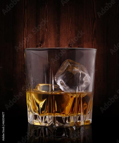 szklanki-whisky-z-kostkami-lodu