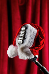 Retro Mikrofon mit Weihnachtsmütze