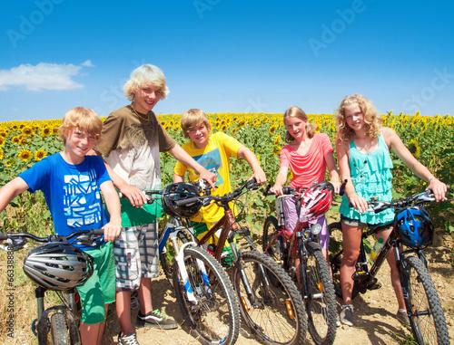 Gruppe Kinder und Jugendliche mit Mountainbikes