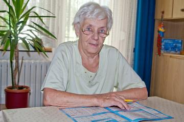 Rentnerin löst  Kreuzworträtsel
