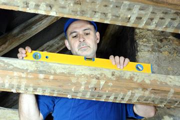 Handwerker arbeitet im Dachstuhl