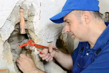 Sanitär-Installateur arbeitet an Wasserleitung