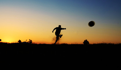 futbol topuna vurmak
