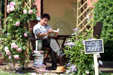 """Leser im Garten Schild """"Lesezeit"""""""
