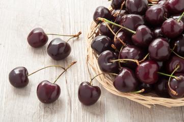 Cestino in vimini con ciliegie mature