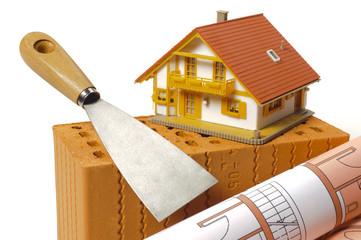Hausbau mit Ziegelstein, Bauplan und Modellhaus