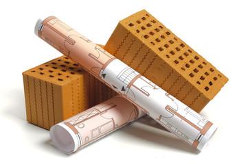 Hausbau mit Ziegelstein und Bauplan