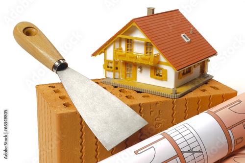 canvas print picture Hausbau mit Ziegelstein, Bauplan und Modellhaus