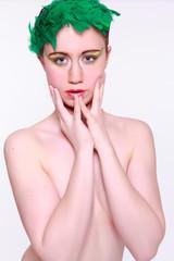 Nacktes Model, die Brüste mit den Armen verdeckt