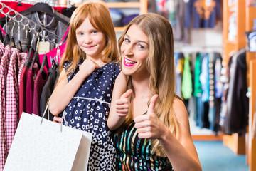 Familie beim Einkaufen von Kleidung