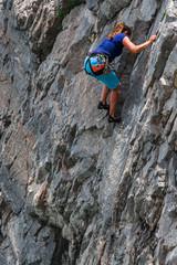 Scalatore su roccia