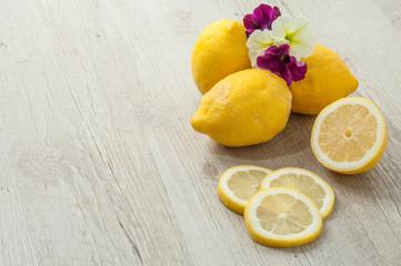 Limoni e fiori di petunia  posati su un tavolo