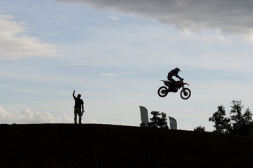 Moto salto controluce