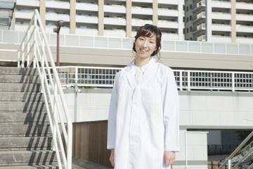 白衣を着た笑顔の学生