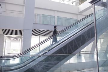 エスカレーターを昇る男性