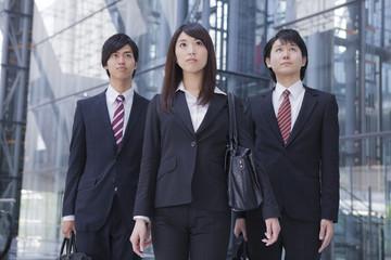 同じ方向を見つめるビジネスマンとビジネスウーマン