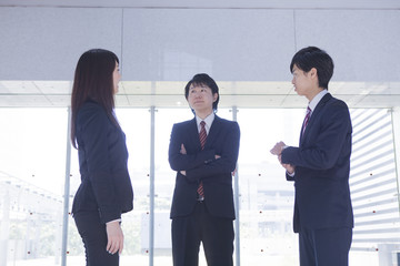 打ち合わせをするビジネスマンとビジネスウーマン