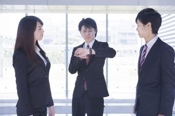ミーティングをするビジネスマンとビジネスウーマン