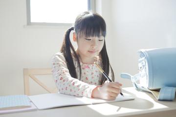 勉強する小学生の女の子