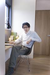 書斎に座る男性