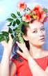 Frau mit Blumenstrauß auf einem buntem hintergrund