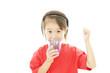 水を飲む笑顔の女の子