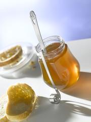 Honigglas mit Honiglöeffel