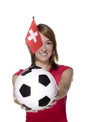 Frau mit Fußball und Schweizer Flagge