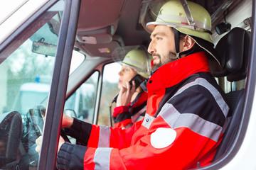 Notartzt und Sanitäter fahren im Krankenwagen