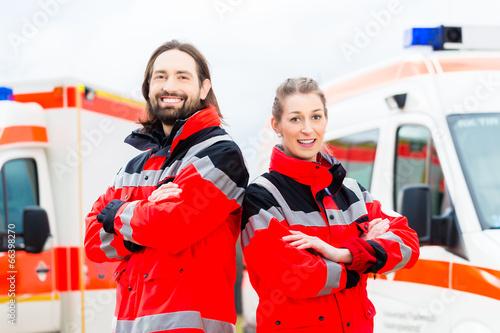 Leinwanddruck Bild Notartzt und Sanitäter vor Krankenwagen