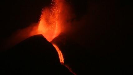 Attività stromboliana notturna vulcano Etna
