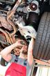 Durchsicht PKW durch Mechaniker in Werkstatt