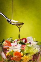 insalata condita con olio di oliva