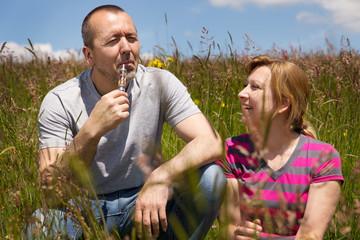 Mann und Frau rauchen elektrische Zigarette
