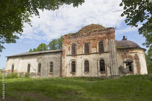 Остатки разрушающегося храма Воскресения Христова в селе Липки